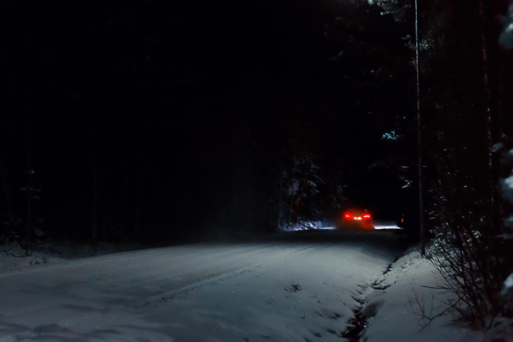 Bil på väg mot Bomstad.